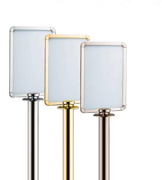 Porte-affiche chromé compatible avec les poteaux de guidage à corde BELTRAC Style et BELTRAC Traditional.