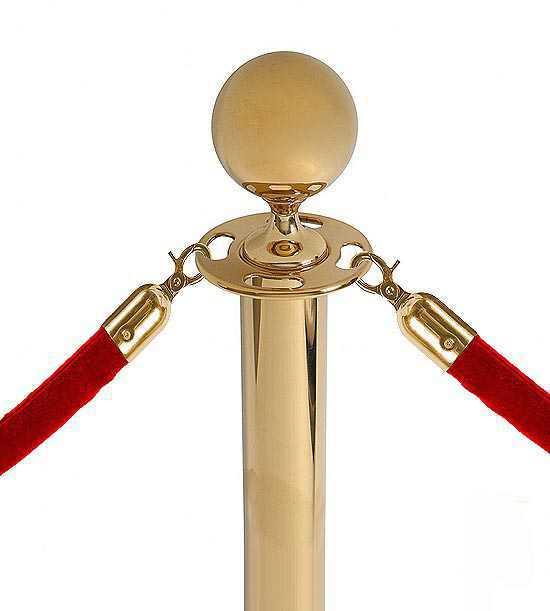 Poteau doré à tête boule, corde velours rouge.